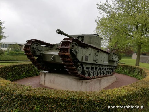 Churchill Crocodile, M10 Wolverine, Hetzer, M4A1 Sherman,